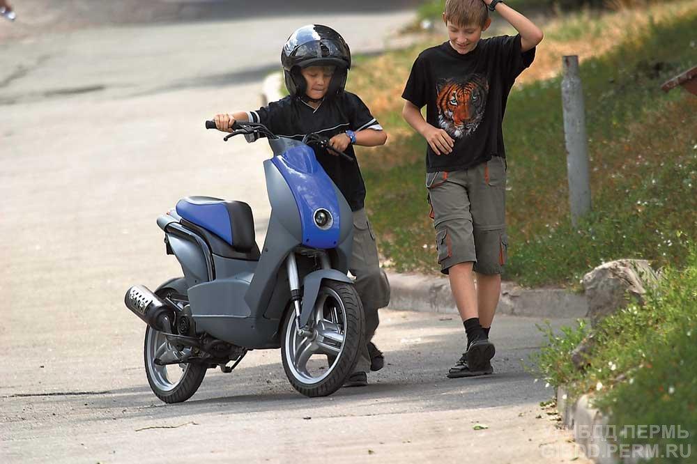 Діти за кермом скутера? Для мотоциклістів також є правила дорожнього руху