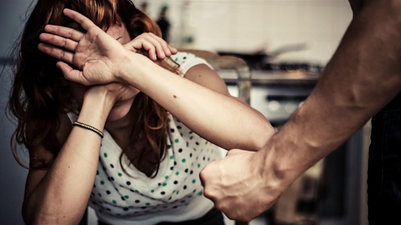 """""""Б'є"""" – не значить """"любить"""". Верховна Рада посилила відповідальність за домашнє насильство"""