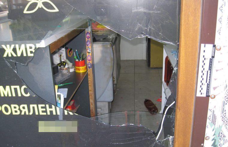 Розбив вікно, викрав ноутбук і втік: вночі в Радехові злодій обікрав місцевий магазин
